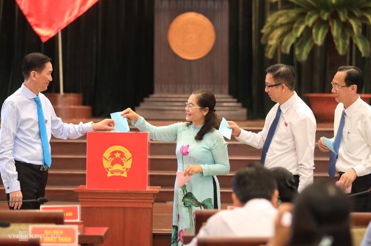 Các đại biểu HĐND TP HCM bỏ phiếu bầu chức danh Phó chủ tịch UBND. Ảnh: Hữu Khoa.