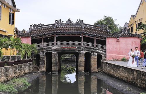 Chùa cầu dảikhoảng 18m, vắt cong qua một lạch nước nhỏ chảy ra sông Thu Bồn, nối liền đường Trần Phú với đường Nguyễn Thị Minh Khai. Ảnh: Đắc Thành.