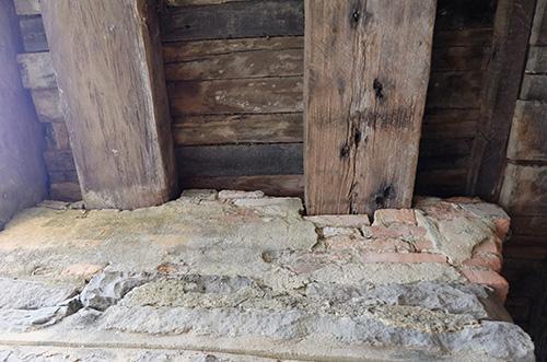 Một số dầm cầu bằng gỗ bị nứt, có nguy cơ mục nát. Ảnh: Đắc Thành.