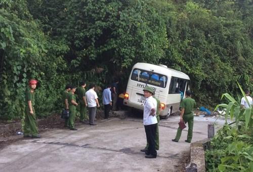 Xe khách đâm vào vách núi Bạch Mã, 18 du khách Singapore bị thương