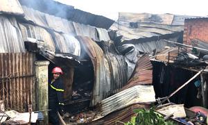 Dãy kho hàng gần 1.000 m2 ở Sài Gòn cháy rụi