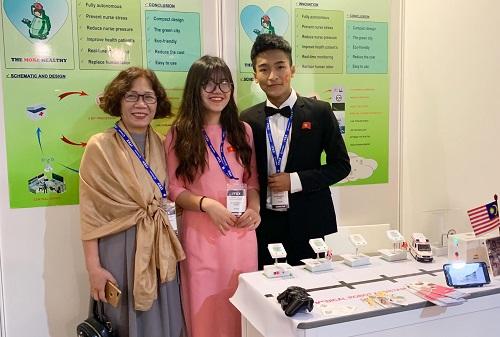Hải và Lam tại gian hàng trưng bày sáng chế ở triển lãm ITEX diễn ra đầu tháng 5 vừa qua. Ảnh: NVCC