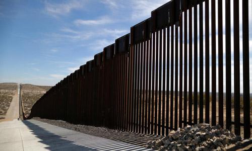 Một đoạn hàng rào mới ở biên giới Mỹ - Mexico tại bang New Mexico, Mỹ hồi tháng 3. Ảnh: Reuters.