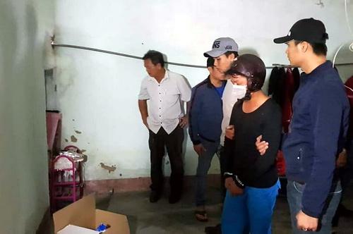 Nghi can Vũ (bịt khẩu trang) được đưa trở lại hiện trường để thực nghiệm điều tra vụ án. Ảnh: Khánh Hương