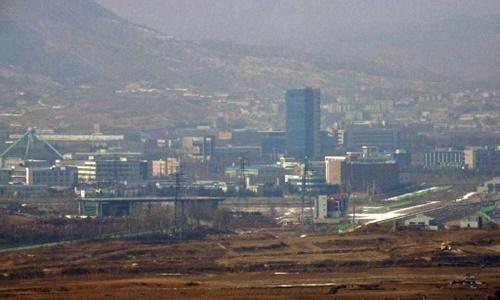 Khu công nghiệp Kaesong nhìn từ thành phố biên giới Paju, Hàn Quốc. Ảnh: AFP.