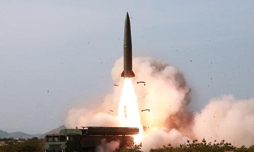 Một hệ thống phòng thủ tên lửa được bắn về phía biển Nhật Bản trong cuộc thử nghiệm hệ thống vũ khí của Triều Tiên hôm 4/5. Ảnh: Reuters.