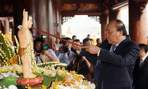 Thủ tướng Nguyễn Xuân Phúc thực hiện nghi lễ tắm Phật tại chùa Tam Chúc