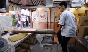 Làm mì sợi bằng ống tre tại Trung Quốc