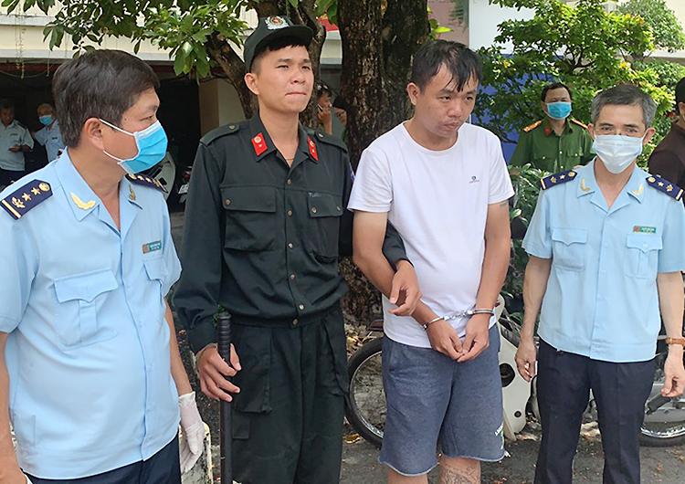 Liu Ming Yang (áo trắng) tại trụ sở công an. Ảnh: Q.T