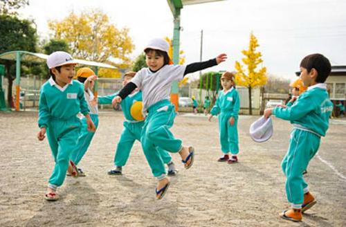 Học sinh Nhật Bản chơi ngoài trời. Ảnh: Sora News24