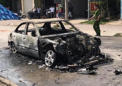 Xe Mercedes đang đậu bỗng bùng cháy