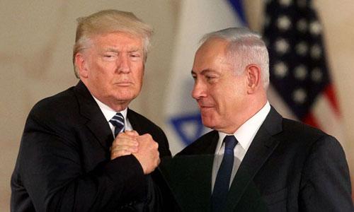 Tổng thống Mỹ Donald Trump (trái) bắt tay Thủ tướng Israel Netanyahu năm 2017. Ảnh: AFP.