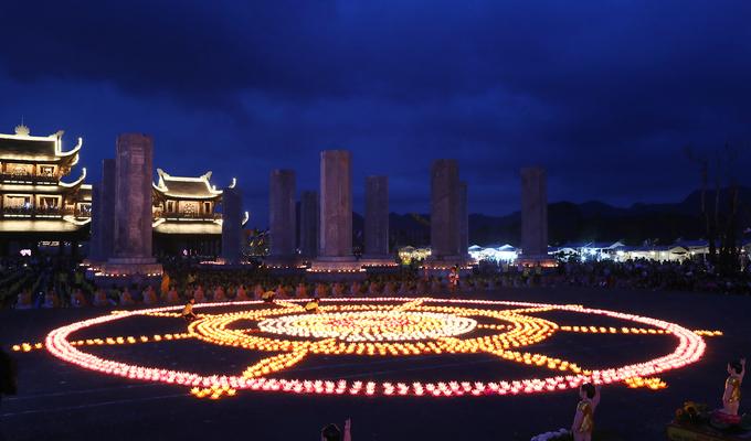 Hàng nghìn phật tử dự lễ hoa đăng tại chùa Tam Chúc
