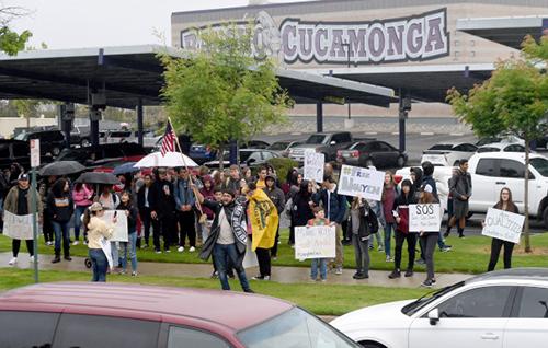 Phụ huynh và học sinh hôm 10/5 biểu tình phản đối việc đình chỉ thầy giáo Joseph Nguyen bên ngoài trường trung học Rancho Cucamonga hôm 10/5. Ảnh: SCNG