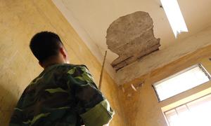 Chọc vữa kiểm tra trần nhà mới dám vào lớp học ở Hà Nội