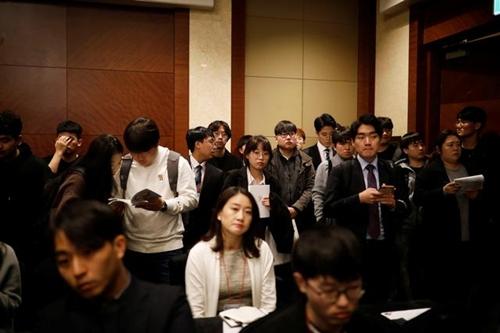 Người tìm việc nghe giới thiệu trong chương trình Hội chợ Việc làm Nhật Bản 2018 ở Seoul, Hàn Quốc hôm 7/11/2018. Ảnh: Reuters.