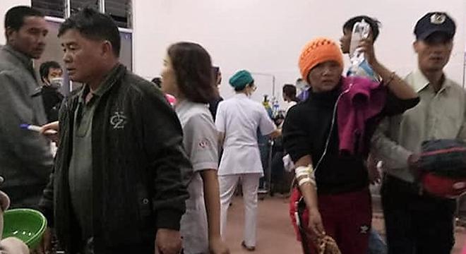 Nhiều bệnh nhân được cấp cứu tại Trung tâm Y tế huyện Di Linh, tối 12/5, Ảnh: Hoài Thanh.