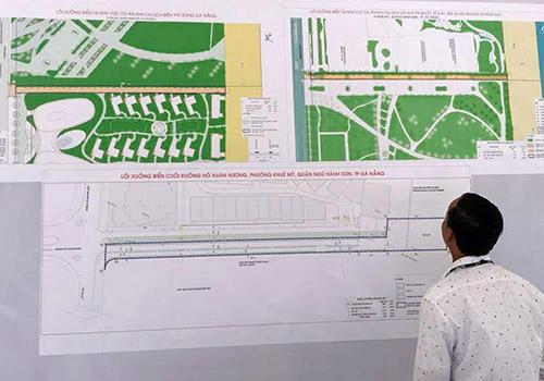 Người dân theo dõi quy hoạch lối xuống biển đang được Đà Nẵng công bố. Ảnh: A.H.