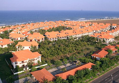 Các resort ven biển đã bít hết lối xuống biển của người dân. Ảnh: Nguyễn Đông.