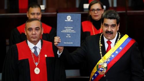 Chánh án Tòa án Tối cao Venezuela Maduro Moreno (hàng đầu, trái) trong lễ tuyên thệ của Tổng thống Venezuela Maduro hồi tháng một. Ảnh: Reuters.