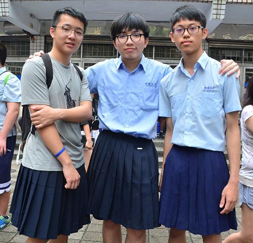 Các nam sinh Đài Loan mặc váy ủng hộ bình đẳng giới và bình đẳng hôn nhân. Ảnh: Taiwan News