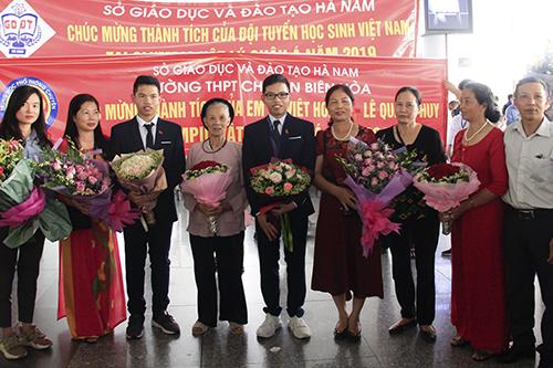 Quang Huy và Việt Hoàng bên gia đình. Ảnh: Dương Tâm