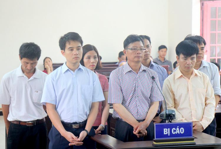 Ông Minh (giữ hàng đầu) cùng các đồng phạm nghe tuyên án. Ảnh: Nguyễn Khoa.