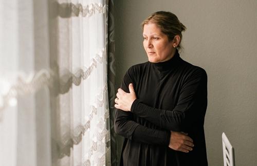 Mariya Tuter, góa phụ của bệnh nhân đã chết ở bệnh viện Delmenhorst năm 2004. Ảnh: NYTimes.