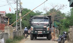 Người dân lập gác chắn, ngăn xe né trạm BOT ở Quảng Bình