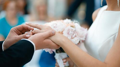 Chú rể trao nhẫn cho cô dâu trong một lễ cưới. Ảnh: Daily Mash