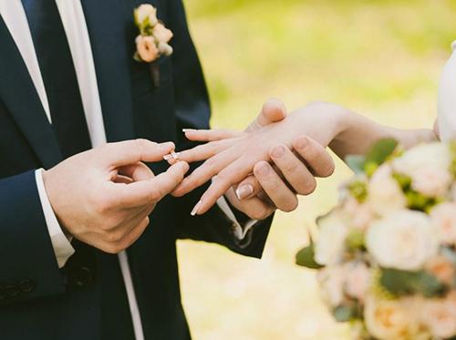 Chú rể trao nhẫn cho cô dâu trong một đám cưới. Ảnh: Pixabay