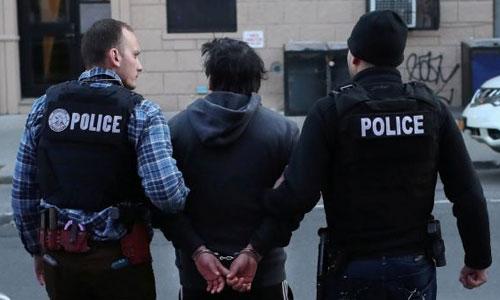 Cảnh sát Mỹ bắt một người vi phạm quy định về di trú. Ảnh: ICE.