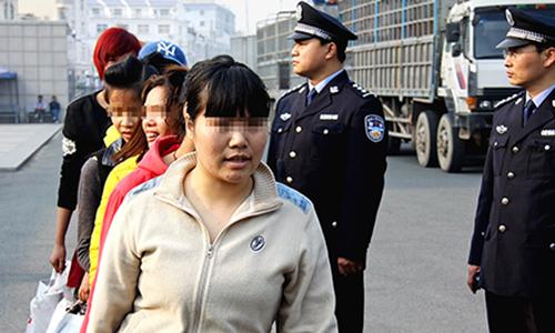 Một nhóm nạn nhân buôn người đi qua biên giới Việt - Trung để trở về nước sau khiđược giải cứunăm 2015.