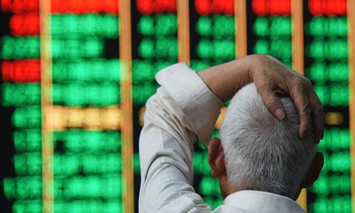 Một nhà đầu tư Trung Quốc quan sát bảng chứng khoán điện tử. Ảnh: VisualChinaGroup.