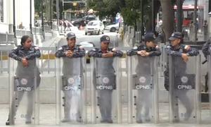 Hàng rào an ninh Venezuela phong tỏa tòa nhà quốc hội