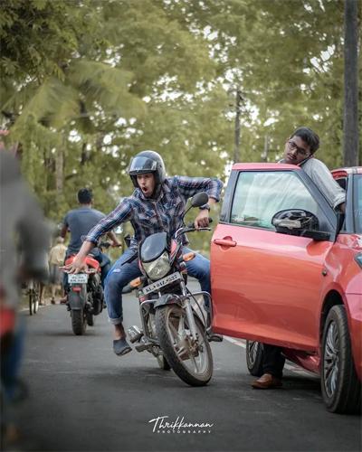 Mở cửa ôtô bất cẩn là lỗi mà nhiều người vẫn mắc phải. Hành động này hoàn toàn có thể gây ra tai nạn chết người.