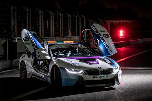 i8 Roadster với kiểu cửa mở đặc trưng.