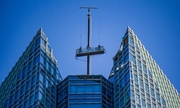 Giàn cẩu chở thợ lau kính lắc mạnh trên đỉnh tháp 50 tầng ở Mỹ