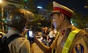 Cảnh sát kiểm tra nồng độ cồn của tài xế đi ra từ quán nhậu