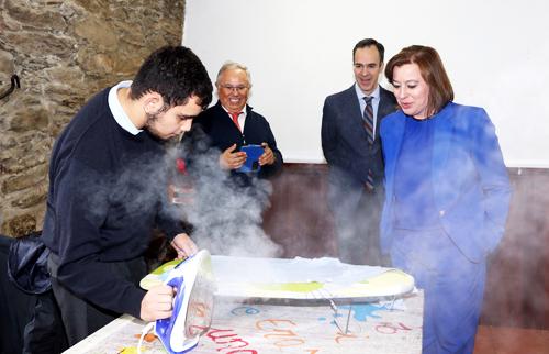 Nam sinh trườngMontecastelo thực hành ủi quần áo. Ảnh:Colegio Montecastelo