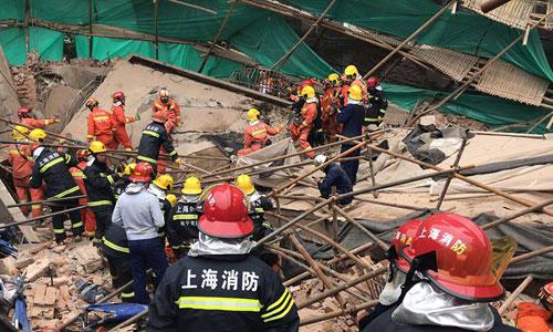 Lính cứu hỏa thành phố Thượng Hải tìm kiếm người mắc kẹt trong đống đổ nát. Ảnh: Weibo.