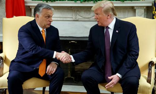 Tổng thống Mỹ Donald Trump (phải) đón tiếp Thủ tướng Hungary Viktor Orban tại Nhà Trắng hôm 13/5. Ảnh: AP.