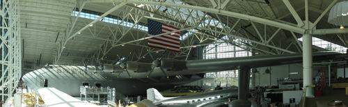 Chiếc H-4 trong bảo tàng, bên dưới làm một máy bay chở khách DC-3. Ảnh: Wikipedia.