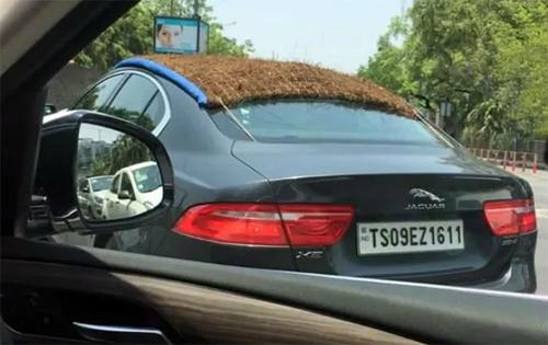 Mẫu sedan hạng sang cỡ trung với mái che đặc biệt trong một ngày nắng nóng ở Ấn Độ. Ảnh: Cartoq