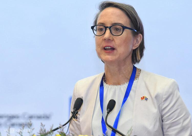 Tiến sỹ Lucy Cameron nói về các kịch bản với kinh tế số của Việt Nam. Ảnh: Giang Huy.
