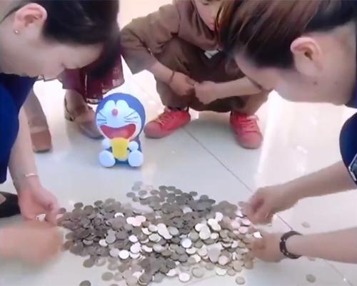 Các nhân viên tiệm trang sức đếm số xu của Guo Yifan