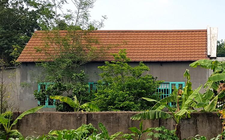 Căn nhà xảy ra vụ án rộng khoảng 150 m2, có khuôn viên với hàng rào sắt kiên cố, nằm gần cuối con hẻm nhỏ vào lô cao su, xung quanh vắng vẻ. Ảnh: Phước Tuấn.
