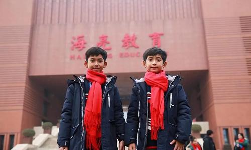 Salik (trái) ởtrường ngoại ngữ Hailiang, Chiết Giang, Trung Quốc.
