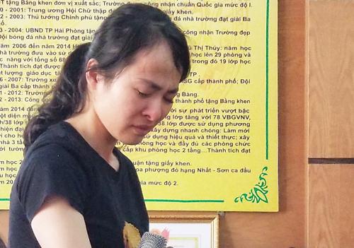 Cô Nguyễn Thị Thu Trang khóc xin lỗi lãnh đạo thành phố, gia đình học sinh. Ảnh: Giang Chinh