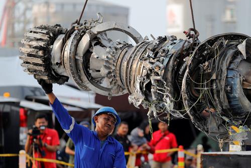 Công nhân trục vớt động cơ máy bay của Lion Air trên biển Java, Indonesia năm ngoái. Ảnh: Reuters.